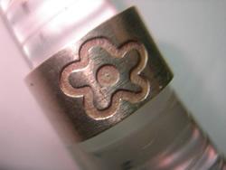 sortija flor relieve oro plata